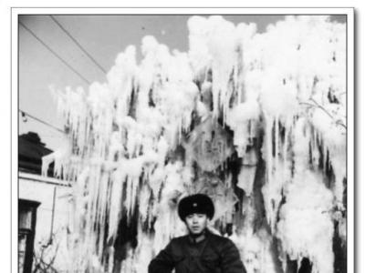1982年岸柳在哈尔滨冰灯游园会留影