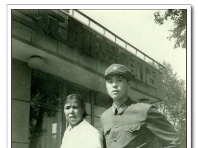 1982年岸柳与母亲在哈尔滨