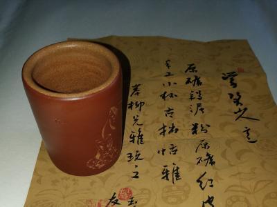 """著名陶刻家友山(周静君)早期刻绘""""学八大山人意""""红皮龙杯赠岸柳先生雅玩"""